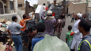 متطوعون يمنيون يجمعون القمامة بعد أن تراكمت في الشوارع بسبب النقص الحاد بالوقود في صنعاء