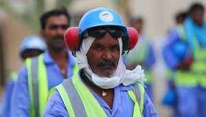 أحد العمال الوافدين في قطر