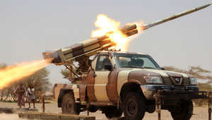 أبناء القبائل واللجان الشعبية الموالية للرئيس اليمني عبد ربه منصور هادي يطلقون صواريخ ضد مواقع للمتمردين الحوثيين
