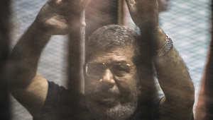 مرسي أثناء قراءة القاضي الحكم عليه وعلى أكثر من 100 متهم آخر بالاعدام