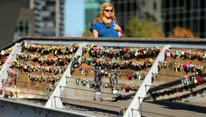 """هل """"أثقل"""" أكثر من 20 ألف من """"أقفال الحب"""" على الجسر؟"""