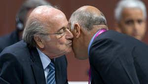 رئيس الفيفا جوزيف سيب بلاتر يصافح رئيس الاتحاد الفلسطيني لكرة القدم جبريل الرجوب خلال مؤتمر الاتحاد في زيوريخ