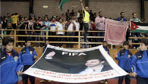 مؤيدون للأمير علي بن الحسين خلال انتخابات الفيفا يرفعون اللافتات وصورة الأمير في مدينة الحسين الرياضية بعمان 29 مايو/ أيار 2015