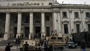 قوات الجيش والشرطة المصرية تقف خارج المحكمة الجنائية في مدينة الاسكندرية