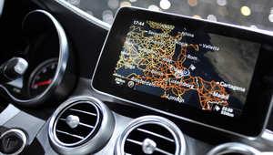 شاشة أبل في سيارة مرسيدس خلال المعرض الدولي للسيارات في جنيف، سويسرا