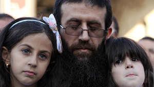 الشيخ خضر عدنان يحتضن ابنتيه لدى خروجة من السجن بعد 11 شهرا من الاعتقال و 55 يوما من الاضراب عن الطعام، بلدة عرابة 12 يوليو/ تموز 2015
