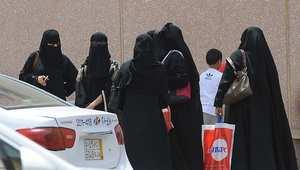 سعوديات أمام مركز تسوق في الرياض