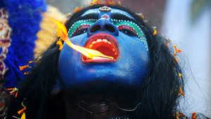 """فنانة في لباس الآلهة الهندوسية """"كالي""""، خلال احتفال """"رم نافامي"""" في الهند."""