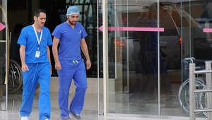 أفراد طاقم طبي يغادرون قسم الطوارئ في مستشفى بالعاصمة السعودية الرياض