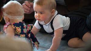 الأمير البريطاني، جورج، يلعب مع أطفال خلال الرحلة الملكية إلى نيوزيلندا وأستراليا.