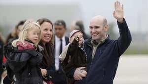 الصحفي الفرنسي نيكولاس هينين، الذي كان رهينة في سوريا، لدى وصوله إلى بلاده بعد الإفراج عنه 20 أبريل / نيسان 2014