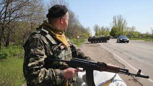 جندي أوكراني يحرس إحدى الطرقات السريعة