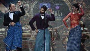 الممثل الأمريكي الشهير، كيفين سباسي، على المسرح مع ممثل بوليوود، شاهديد كابور، وممثلة بوليوود، ديبكا بادوكيني.
