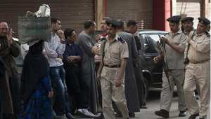 مواطنون ورجال أمن في أحد شوارع المنيا جنوب مصر