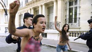 """بالصور.. أمينة ورفيقاتها عاريات أمام سفارة مصر بفرنسا احتجاجا على حكم """"إعدام الإخوان"""""""