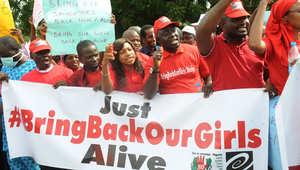 أعضاء من المجتمع المدني يحملون شعارات احتجاجا على اختطاف الفتيات في نيجيريا