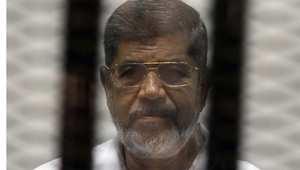 الرئيس المصري السابق محمد مرسي خلف القضبان