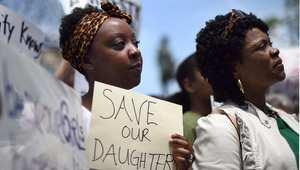 إحدى المشاركات في مظاهرة بواشنطن 9 مايو / أيار 2014 ترفع لافتة تطالب بالافراج عن الطالبات المختطفات لدى بوكو حرام في نيجيريا