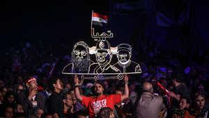 مؤيد للسيسي يحمل لافتة عليها صورته جنبا إلى جنب مع البابا تاوضروس الثاني والإمام الأكبر الشيخ أحمد الطيب