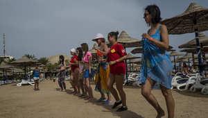 سياح أثناء حصة تدريب على الرقص في منتجع على البحر الأحمر في شرم الشيخ