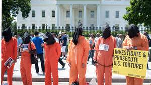 متظاهرون يرتدون زي السجناء أمام البيت الأبيض للمطالبة بالإفراج عن سجناء غوانتانامو 23 مايو/ أيار 2014