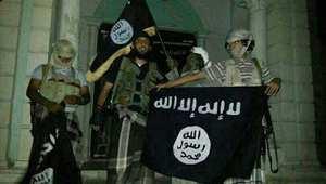 صورة بواسطة الهاتف ليمنيين من تنظيم القاعدة يرفعون علمها أمام متحف في مدينة سيؤون ثاني أكبر مدينة في حضرموت 24 مايو/ أيار 2014