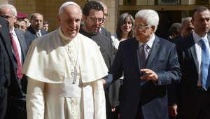 """البابا يدعو عباس وبيريز للتفاوض بالفاتيكان ويسمي فلسطين """"دولة"""""""
