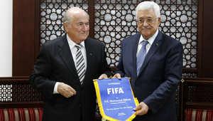 تقديم علم FIFA من قبل بلاتر للرئيس الفلسطيني محمود عباس خلال اجتماع في مايو 2014 بمدينة رام الله