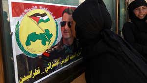 سورية  تقبل صورة للرئيس بشار الأسد