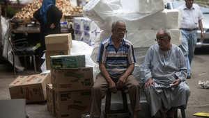 رجال مصريون يجلسون في سوق تقليدي في القاهرة