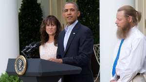 الرئيس الأمريكي باراك أوباما مع والدي الجندي بيرغدال في حديقة البيت الأبيض