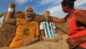نيمار وميسي لوحة برمال الشاطئ بيد فنانة برازيلية في ريودي جانيرو