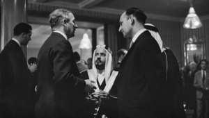 الشيخ عيسى بن سلمان آل خليفه، أمير البحرين، (وسط) خلال زيارة للندن 1958