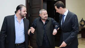 الرئيس السوري يساعد وسوف على المشي الى المكان الذي سيجلسون فيه