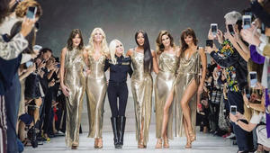 كلوديا شيفر وسيندي كروفرود وكارلا بروني يستعدن التسعينيات على منصات عروض الأزياء من جديد!