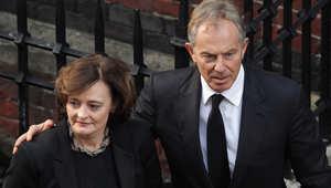 شيري ترافق زوجها طوني بلير في إحدى المناسبات بلندن.