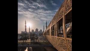 صورة التقطت عن بعد لمسجد الشيخ زايد في العاصمة الإماراتية أبوظبي