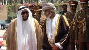 الشيخ زايد بن سلطان حاكم الإمارات الراحل مع السلطان قابوس سلطان عمان في صحار بعد ترسيم الحدود بين البلدين 1 مايو/ أيار 1999