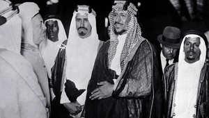 الملك سعود بن عبدالعزيز (وسط) ولد في 9 نوفمبر / تشرين الثاني 1902، وخلف والده عبدالعزيز في حكم المملكة 1953