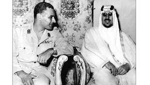 الرئيس المصري الراحل جمال عبد الناصر مع العاهل السعودي الراحل الملك سعود بن عبد العزيز، في قصر القبة بالقاهرة ، مارس/ آذار 1956