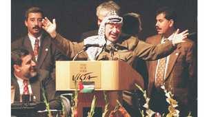 الرئيس الفلسطيني الراحل ياسر عرفات في حفل غداء أقيم على شرفه في مبنى مركز التجارة العالمي، فيما كان باقي قادة العالم يحضرون حفلا أقامه عمدة نيويورك ولم يدع إليه عرفات 21 أكتوبر 1995
