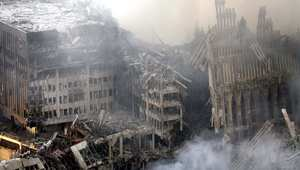 حطام برجي مركز التجارة العالمي بعد هجمات 11 سبتمبر، الصورة التقطت صباح 12 سبتمبر 2001