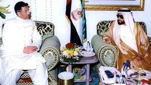 الشيخ زايد بن سلطان آل نهيان حاكم الإمارات الراحل، مع الرئيس الباكستاني السابق برويز مشرف في أبو ظبي 27 أكتوبر/ تشرين الثاني 1999