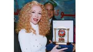صباح خلال تكريمها في مهرجان القاهرة السينمائي الثامن والعشرين 30 نوفمبر/ تشرين الثاني 2004