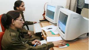 عناصر نسائية من الشرطة الهندية خلال تدريب على استخدام الحاسب الآلي