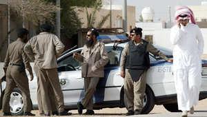 أرشيف - عناصر من الشرطة السعودية تحاصر مقهى شمال شرق الرياض خلال البحث عن مشتبه بانتمائه للقاعدة 16 يناير/ كانون الثاني 2006