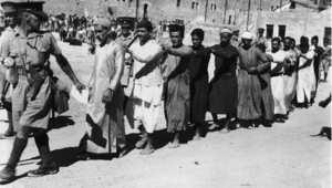 جنود بريطانيون يقتادون سجناء عرب في مدينة القدس القديمة بعد شغب ضد الانتداب البريطاني 26 أكتوبر/ تشرين الأول 1938
