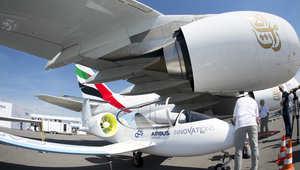 نموذج أولي لطائرة إيرباص الكهربائية تقف بجانب ايرباص A380 تابعة لطيران الإمارات