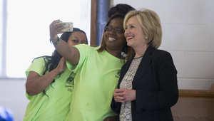 هيلاري كلينتون تلتقط صورة مع شابتين خلال جولتها الانتخابية الأخيرة في ولاية ميزوري الأمريكية.