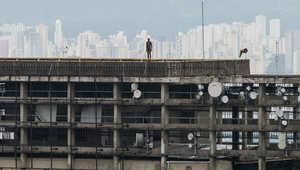 هل هؤلاء رجال يلقون بأنفسهم من أسطح مباني العالم؟ انظر مجددا!